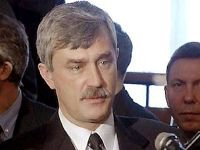 """Суд разрешил губернатору не извиняться за """"жлобов"""", показывавших пальцы кортежу Медведева"""
