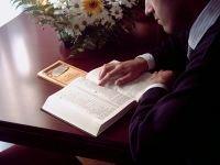 Свидетель Иеговы за чтением
