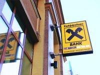 """Судят сотрудника """"Райффайзенбанка"""", сделавшего себе копии 18 банковских карт клиентов"""