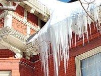 Управляющую компанию в Норильске обязали заплатить за падение глыбы льда на