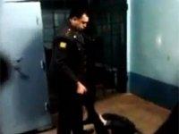СКР проверяет видео на YouTube с полицейским, избивавшим умолявшего не трогать его задержанного