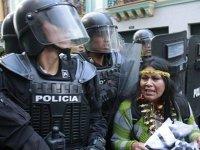 Что будет, если кинуть камень в полицейского: международный опыт