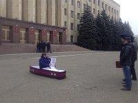 Организатора пикет в гробу в центре города оштрафован на 20 000 руб.