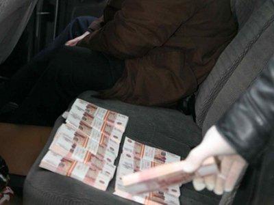 Возбуждено дело на следователя, приспособившего под взятки багажник своей машины