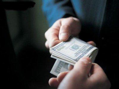 СКР допрашивает сотрудника ФСБ и замглавы своего управления, задержанных за взятку в $1 млн
