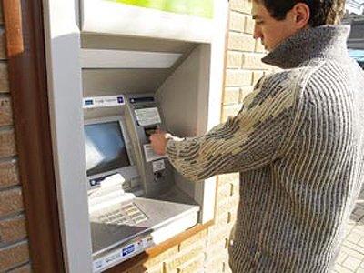 Возбуждено дело на инженеров банка, собравших 10 млн руб., проводя через банкомат одну и ту же купюру