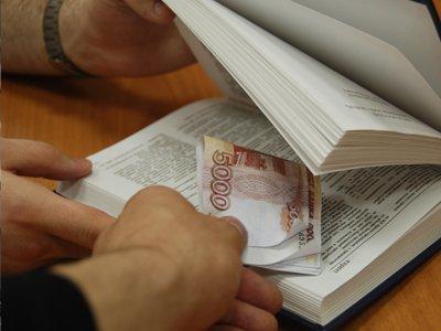 Чиновников обвиняют в получении взяток по сговору