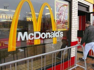 В США сотрудники McDonald's пожаловались на кражу зарплат и ожоги от фритюра