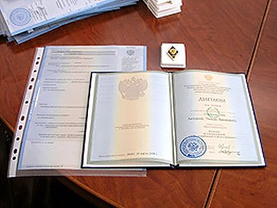 Осужден полицейский, пытавшийся легализовать фальшивый диплом с помощью поддельного судебного акта