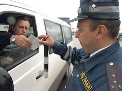 """Госдума решилась на дискриминацию водителей в столицах и ввела штрафы для такси без """"шашечек"""""""