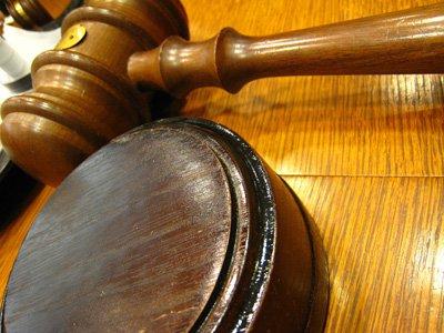 Подсудимому добавили срок за угрозу сжечь автомобиль судьи