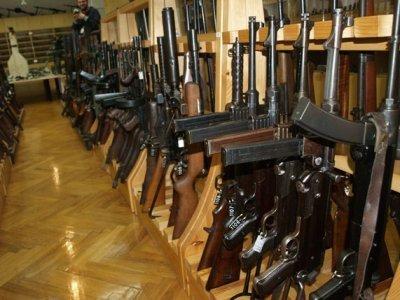 Возбуждено дело на директора столичного антикварного магазина, хранившего 13 пулеметов и 14 пистолетов