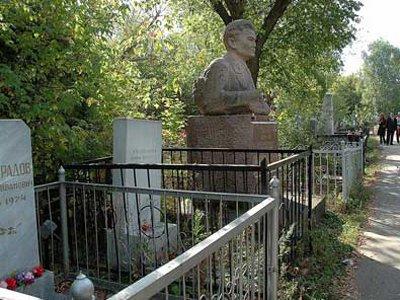 За упавшее на надгробие супруга дерево вдова отсудила у коммунальщиков 56360 руб.