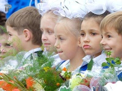 Школа выплатит 364 000 руб. первокласснице, неудачно подхватившей задетый учителем стеллаж