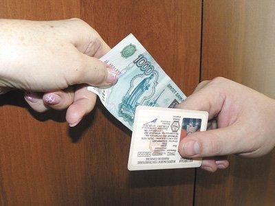 За взятку в 4,5 тысяч рублей инспекторы ДПС пообещали вернуть права