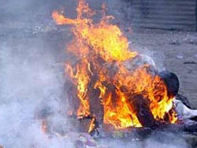Женщина попыталась сжечь себя у суда в знак протеста против приговора своему сыну