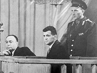 Пилот U-2 Пауэрс сначала обрадовался, что советский суд не приговорил его к расстрелу, и только потом ужаснулся сроку, который он должен провести в тюрьме и лагерях - 10 лет!