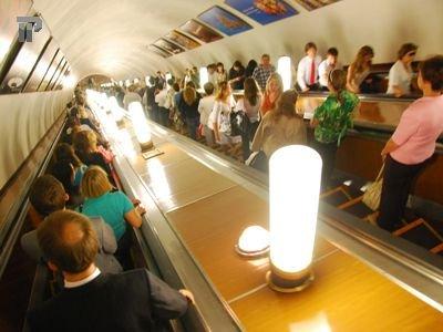 Столичный метрополитен выплатит 200 000 руб. туристке, ногу которой зажало на эскалаторе