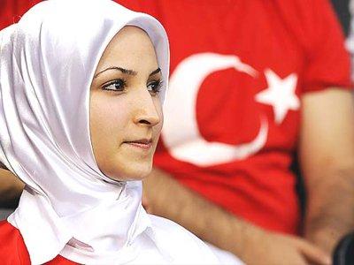 Женщинам в Турции разрешат носить хиджаб в госучреждениях, но не в суде