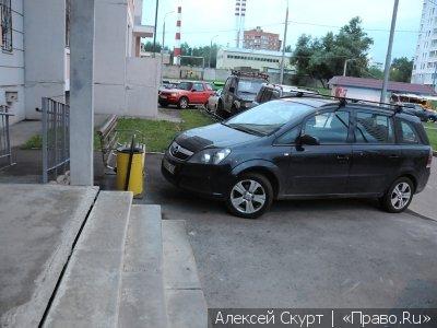 Водителям запретили парковать автомобили ближе 30 метров от зданий судов