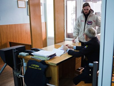 Участники процессов приходят в суды со спицами, отвертками и ножами в связках ключей
