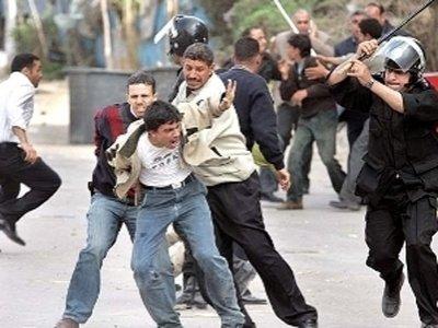 В Египте трое оппозиционеров получили тюремные сроки после принятия ретроактивного закона
