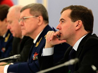 Медведев заявил о допустимости давления на суды со стороны других ветвей власти