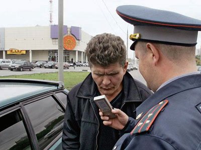 Инспектор ГИБДД, получивший от водителя 15 000 руб. с помощью неисправного алкотестера, осужден на 2,5 года