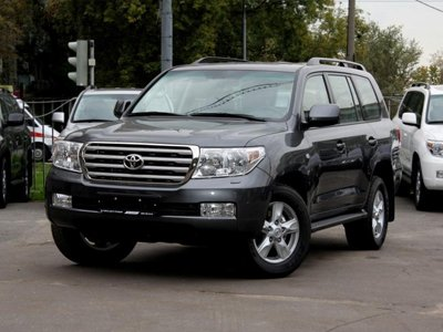 Судебные приставы заказывают Toyota Land Cruiser и Audi A6 с креплениями для детских кресел