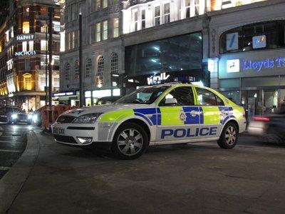 """Британская полиция просит помощи у населения для поимки """"немого"""" грабителя банков"""