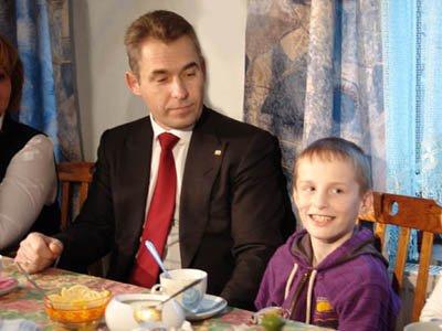 Суд отказал в иске к Астахову американке, отправившей приемного ребенка одного в Россию