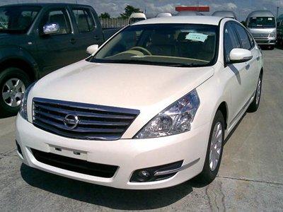 Автовладелец, разбивший из-за метровой выбоины Nissan Teana, взыскал с дорожников 343000 руб.