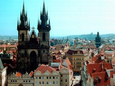 Суд оправдал арт-группу, водрузившую красное белье над Пражским Градом