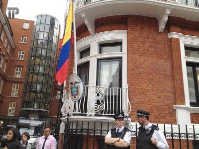 Адвокат женщины, обвинившей Джулиана Ассанджа в изнасиловании, потребовала выдать основателя Wikileaks Швеции