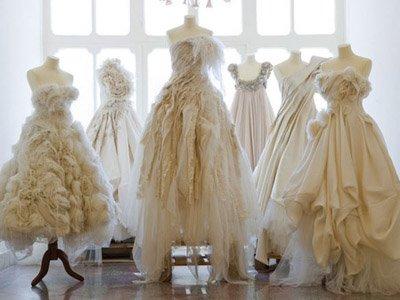 Приставы арестовали у бизнесвумен, задолжавшей бывшему приятелю, 18 свадебных платьев