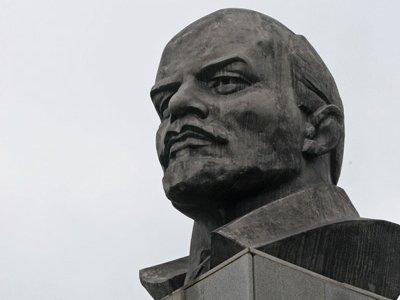 Отданы под суд вандалы, нарисовавшие усы и галстук на бюсте Ленина