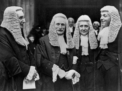 Зачем судьи носят мантию?