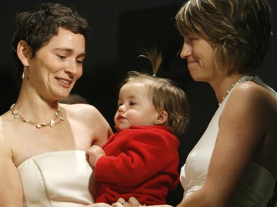 Во Франции суд разрешил лесбиянкам усыновлять детей своих жен