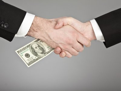 Поправками в КоАП введут штрафы для зарубежных компаний за подкуп против интересов России