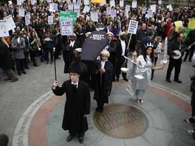 Британские юристы вышли на улицы, протестуя против сокращения субсидирования юридической помощи