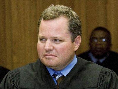 Судью из США, в доме которого его коллега по суду умер от передозировки, самого поймали с героином