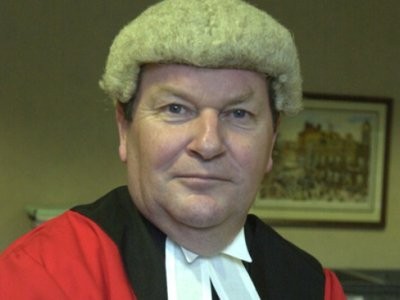 Британский судья предложил изымать детей из семей преступников сразу после рождения