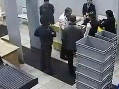 Судья Дмитрий Малых в окружении сотрудников аэропорта Иркутска