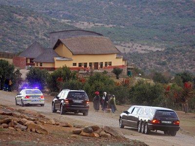 Суд обязал внука Нельсона Манделы вернуть останки родственников в их изначальные могилы