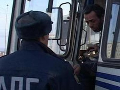 За гибель пассажирки в опрокинувшемся автобусе водитель, лузгавший семечки, получил 3,5 года