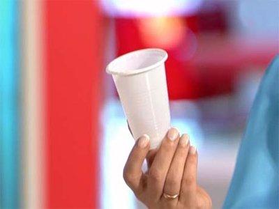 Клиентка, которой подали горячий чай в пластиковом стаканчике, отсудила 83674 руб.