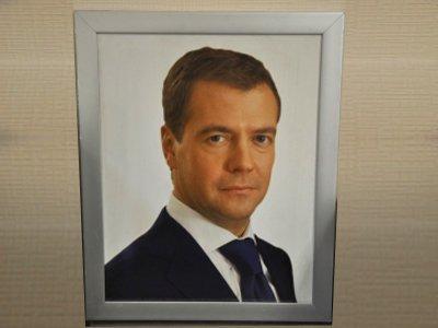 Пристав за долги арестовал у предпринимателя портрет Медведева