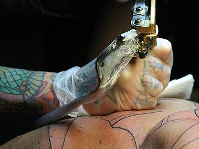Суд в Австралии запретил матери кормить своего ребенка грудью из-за татуировок