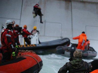 """СКР прекратил дело активистов Greenpeace, задержанных за пиратство у платформы """"Газпромнефти"""""""