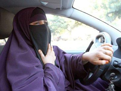 В ОАЭ женщинам запретили причесываться за рулем